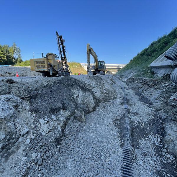 驚くほど割れる岩盤。1m掘り下げ。